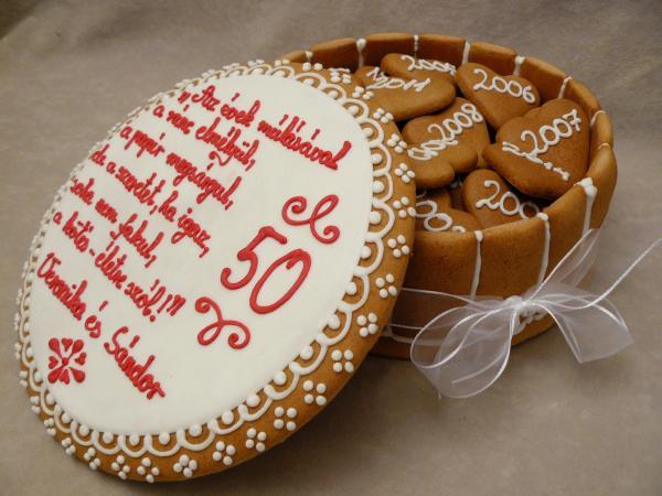50. házassági évorduló ajándék mézeskalács doboz hófehér tetővel, piros leirattal írt személyes üzetettel és 50 db kis szívvel