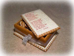 Mézeskalács ajándékdoboz hosszabb felirattal, tollal írva