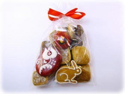 Húsvéti mézeskalács csomag puszedlivel, nyuszival, hímes tojással és piros színű kézműves viasz tojás hűtőmágnessel