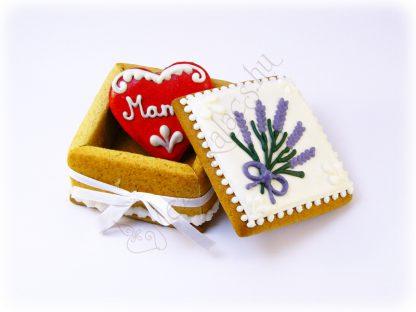 Mézeskalács ékszerdoboz benne egy 6 centis piros szívvel, egyedi felirattal, levendula virágos díszítéssel